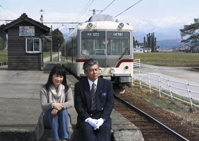 三浦友和&余貴美子「RAILWAYS」ロケ地・富山でぴったり寄り添う