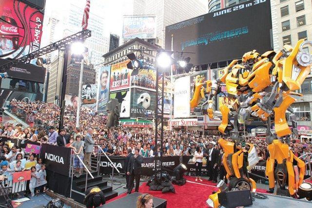 実物大バンブルビーも登場「トランスフォーマー」NYプレミアに2万人!