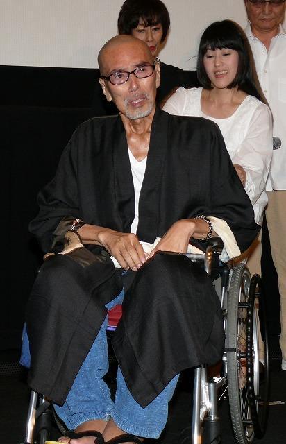 闘病中の原田芳雄、車いすで主演作「大鹿村騒動記」舞台挨拶に