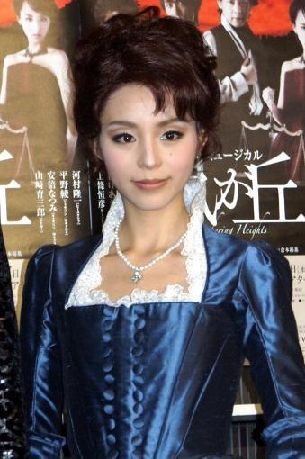 平野綾、激しい恋愛は「これから…」初舞台で美声披露