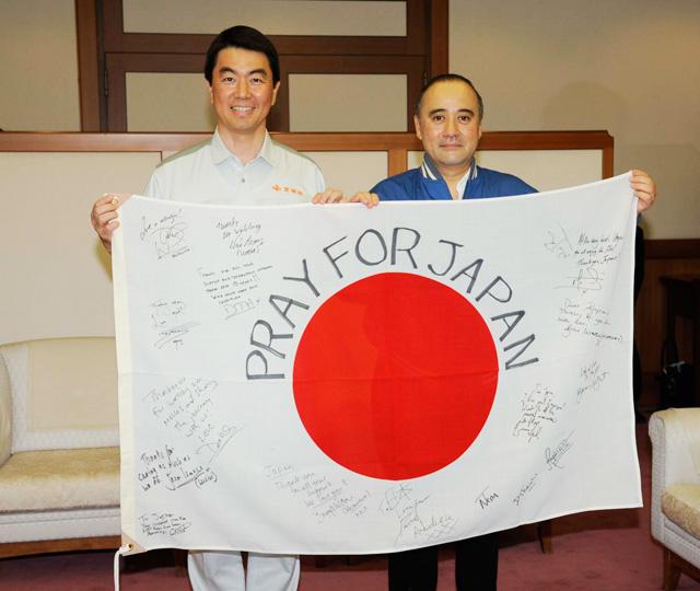 「ハリポタ」出演者のメッセージ入り国旗、宮城・村井知事のもとへ