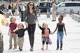 アンジー、子どもたちとロンドン水族館を訪問