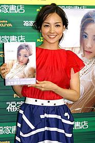 写真集の発売記念イベントを行った国仲涼子