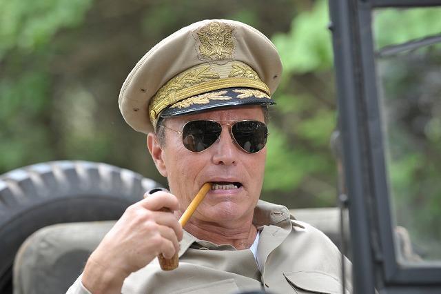 名優ジョン・サべージ、「日輪の遺産」でマッカーサー役に