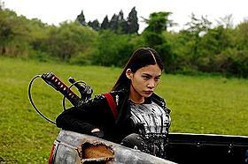 日本刀型チェーンソーを武器にゾンビと戦う少女キカ(原裕美子)「ヘルドライバー」