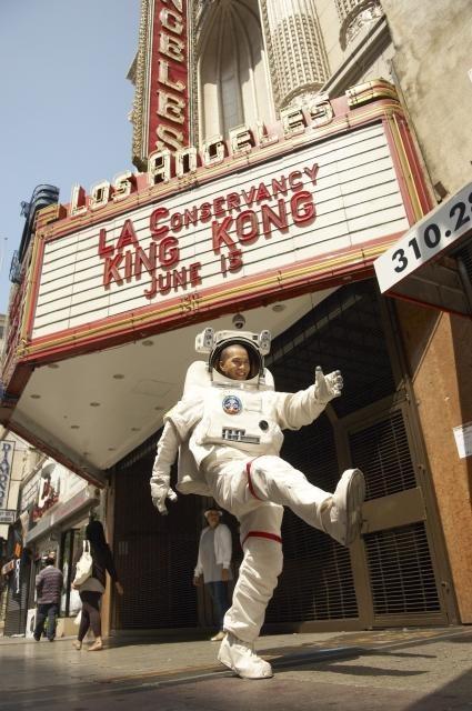 市原隼人、宇宙服に身を包みLAに飛び出す