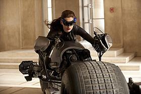 アン・ハサウェイのキャットウーマン 猫コスチュームを卒業!「バットマン」