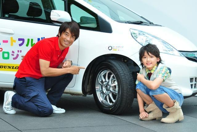 濱田龍臣、小学生にしてタイヤ点検をマスターし笑顔