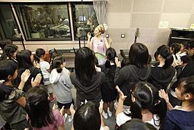 被災地の子どもたちとともに名曲「Smile」を合唱「モダン・タイムス」