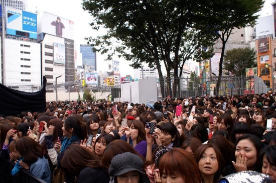 韓国バンドCNBLUEに新宿騒然! ゲリラライブ7000人殺到し5分で中止