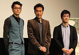 「キツツキと雨」公式上映に際し舞台挨拶に立った (左から)小栗旬、役所広司、沖田修一監督「キツツキと雨」