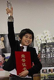 トロフィーを掲げる吉井一肇「エクレール・お菓子放浪記」