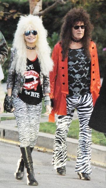 ハリソン・フォード夫妻、ハロウィン仮装で長髪ロッカーに変身