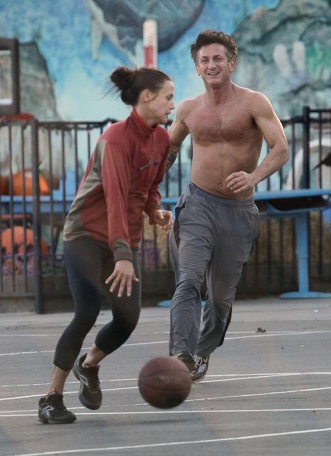 ショーン・ペン、25歳差新恋人とバスケ 見事な肉体美を披露