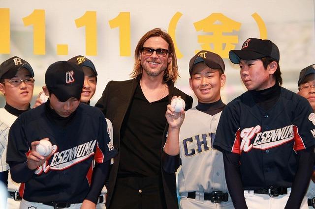 ブラピ、被災地に「少しでも癒しの時間を」 野球少年にはサインボール