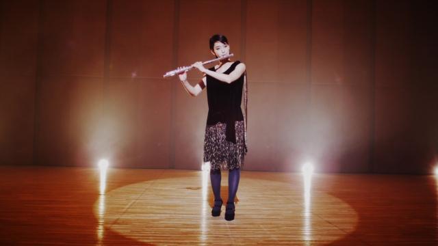 剛力彩芽、mihimaru GT新曲のPVでフルート演奏を披露