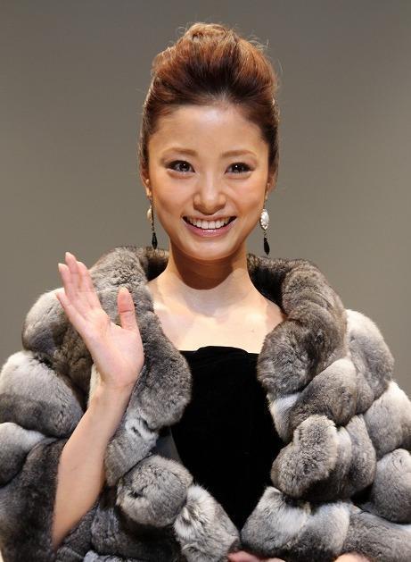 上戸彩、噂の彼とのデートは毛皮コートで?
