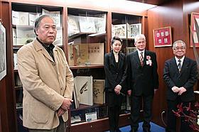 アンティーク本専門店オープンを祝う荒俣宏氏(左)「風と共に去りぬ」