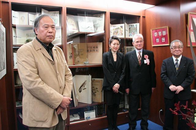 世界の希少本がずらり 日本橋にアンティーク本専門店オープン