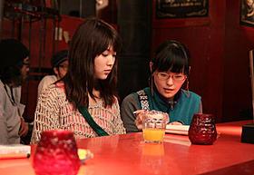 真剣な表情で柳英里紗と打ち合わせする吉田良子監督「フォーゴットン・ドリームス」