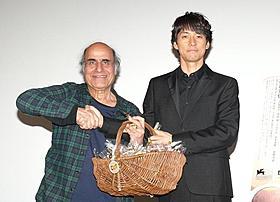 アミール・ナデリ監督と握手する西島秀俊「CUT」