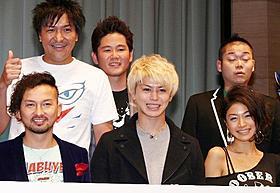婚約者の福本幸子(前列右)と舞台挨拶を行ったISSA(前列左)「琉神マブヤー THE MOVIE 七つのマブイ」