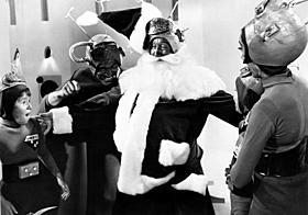 「宇宙大戦争 サンタvs.火星人」の一場面「悪魔のサンタクロース 惨殺の斧」