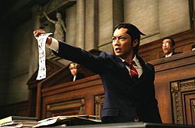 主人公・成歩堂龍一に扮する成宮寛貴の「異議あり!」「逆転裁判」