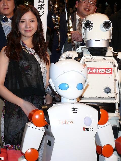 吉高由里子「50年後が楽しみ」最新ロボットに興味津々