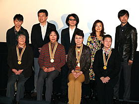金メダル持参の東洋の魔女たちと記念撮影「ALWAYS 三丁目の夕日'64」