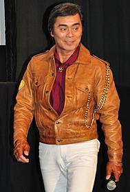 若い共演陣に囲まれて舞台挨拶に立った大葉健二「海賊戦隊ゴーカイジャーVS宇宙刑事ギャバン THE MOVIE」