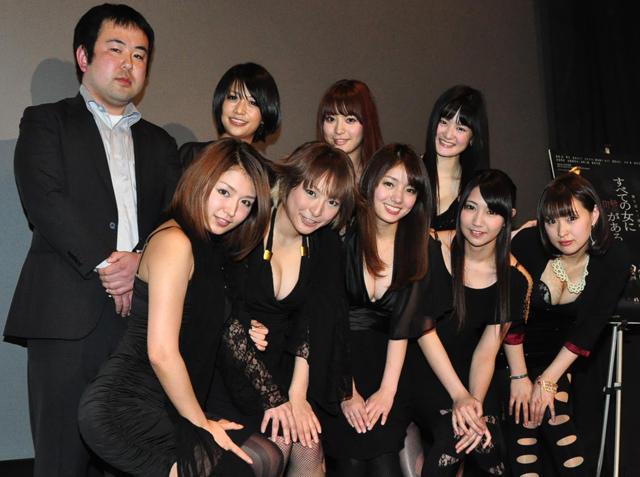 ハリウッド目指す女優集団、セクシー黒衣裳で舞台挨拶