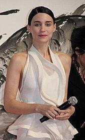 ミステリアスな魅力で注目のマーラ「ドラゴン・タトゥーの女」