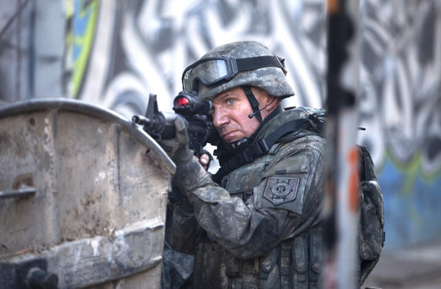 レイフ・ファインズ、対テロリスト特殊部隊で実戦訓練を敢行