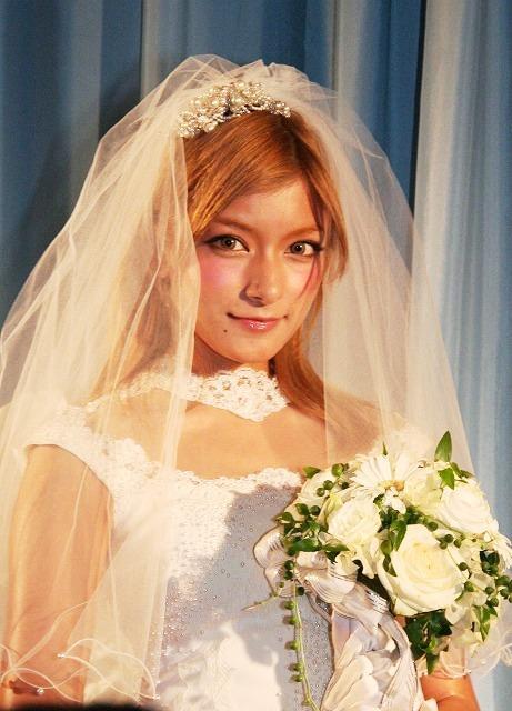 ローラ、ウエディングドレス姿で結婚観明かす