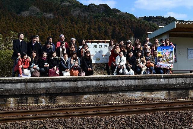 「僕達急行」聖地、佐賀・駒鳴駅がロケ地ツアー一行を大歓迎