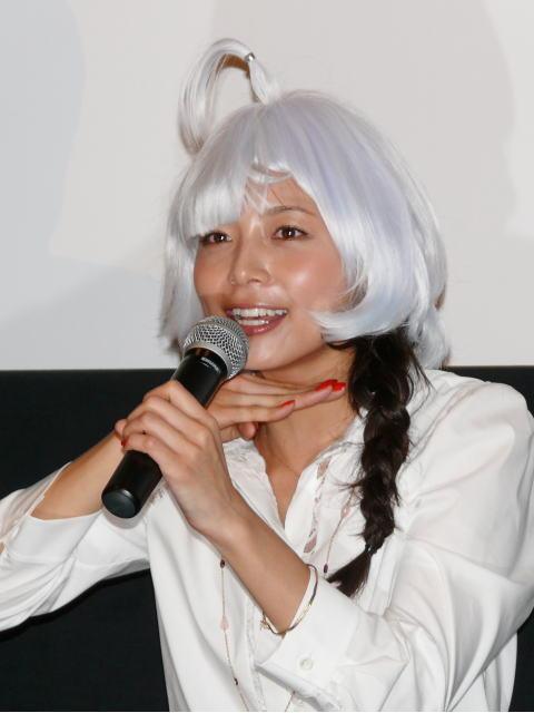 """相武紗季、屈辱のバツゲーム!""""温水星人カツラ""""で映画PR"""