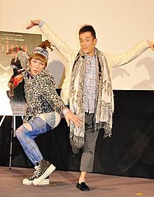 舞踊ポーズを決めるKABA.ちゃんとクリス松村「Pina ピナ・バウシュ 踊り続けるいのち」