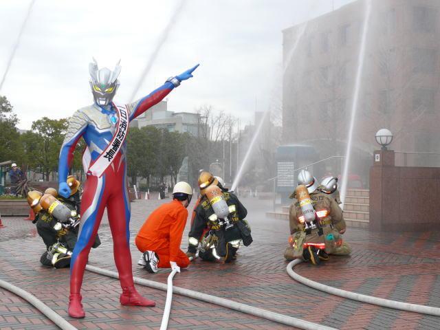 ウルトラマンゼロが1日消防署長に、防災訓練の指揮をとる