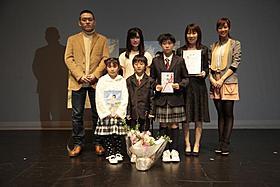 東日本大震災の被災地を訪れた優香(右)「ももへの手紙」