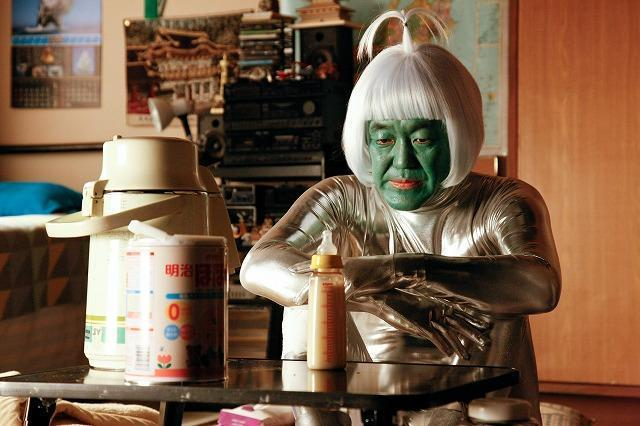 「FLY!」温水洋一が宇宙人姿でほ乳瓶に吸いつく衝撃の本編映像公開!