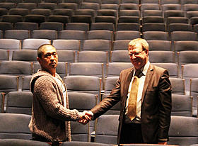 ジャン=フランソワ・ロジェ氏と 握手を交わす松本人志監督「さや侍」