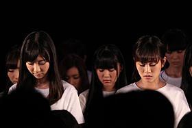 黙とうを捧げた「AKB48」のメンバー