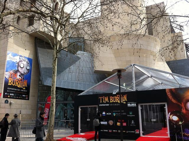 ティム・バートン展、仏パリで連日行列の盛況ぶり 最新作の小道具展示も
