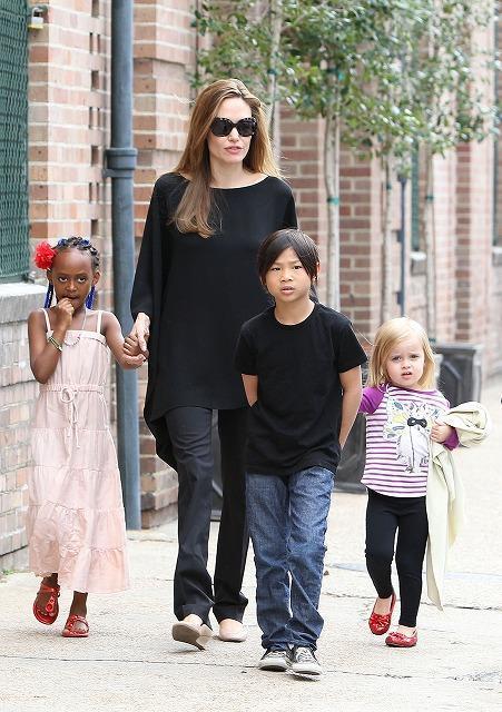 アンジー、子ども3人と仲良くお散歩する姿をパパラッチ!