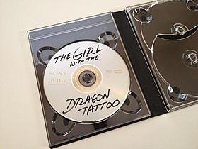 海賊版を連想させるデザイン「ドラゴン・タトゥーの女」