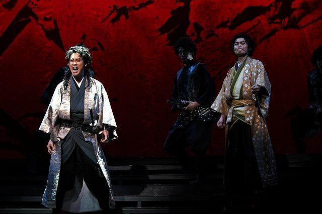 大泉洋、「TEAM NACS」の舞台稽古で武将姿を披露