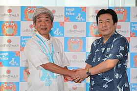 第4回沖縄国際映画祭会場内で会談した 枝野幸男経済産業大臣と吉本興業の大崎洋社長