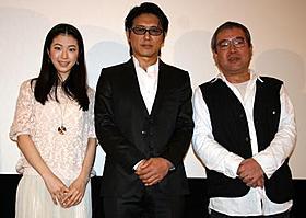 「私の叔父さん」初日舞台挨拶に立った (左から)寺島咲、高橋克典、細野辰興監督「私の叔父さん」