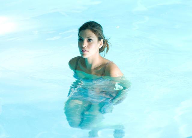 エバ・メンデス「恋と愛の測り方」で深夜のプールに下着姿で……